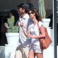 Exclusif - John Stamos et sa chérie Caitlin McHugh font du shopping à West Hollywood, le 1er octobre 2016