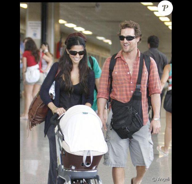 Matthew McConaughey et Camilla Alves arrivent au Brésil avec leur petit Levi