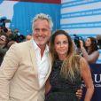 """Info - David Ginola victime d'un arrêt cardiaque - David Ginola et sa femme Coraline - Avant-première du film """"Everest"""" et soirée d'ouverture lors du 41ème Festival du film américain de Deauville, le 4 septembre 2015."""