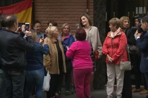 Letizia d'Espagne : La reine submergée par ses fans dans la banlieue de Madrid