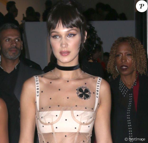 """Bella Hadid quitte la soirée en l'honneur du livre """"Dior: The Art of Color"""" organisée à New York le 25 octobre 2016."""