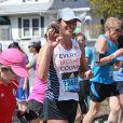 """Christy Turlington court le marathon de Boston pour l'association """"Every Mother Counts"""" le 18 avril 2016."""