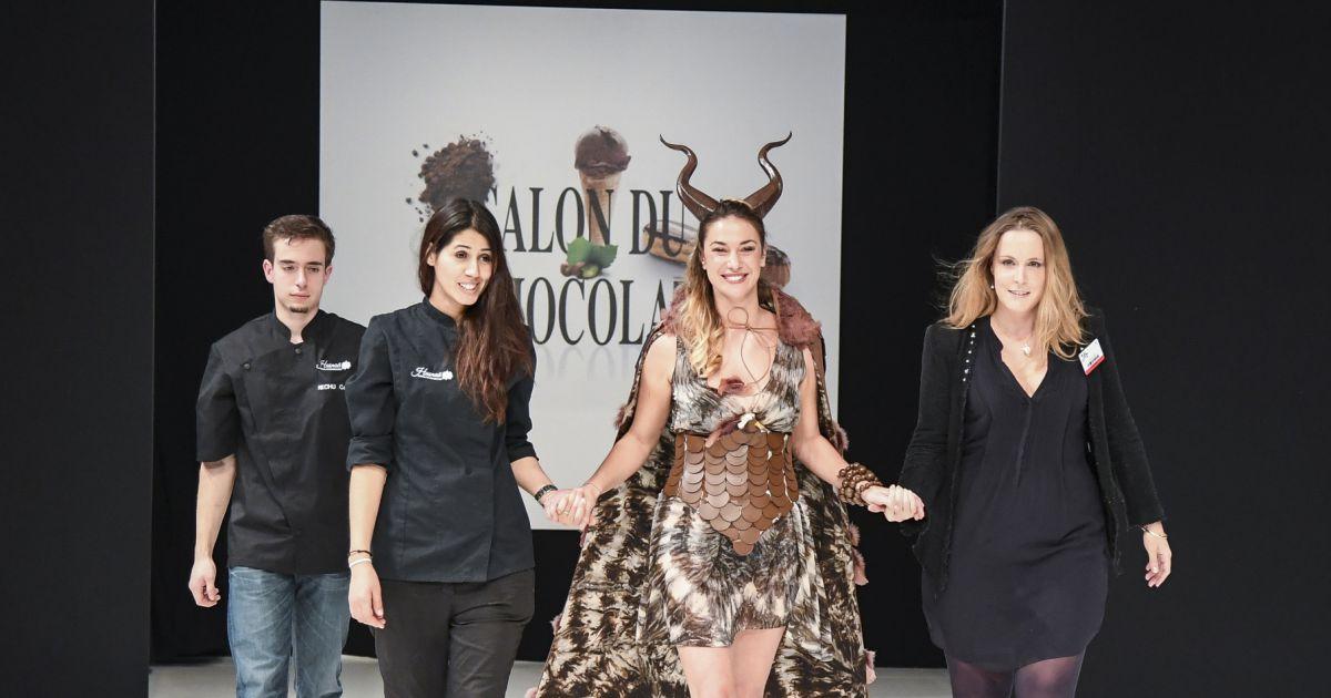 Clio pajczer d file dans une robe cr e par la styliste for Porte de versailles salon mariage