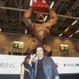 Fabienne Carat et Richard Orlinski devant le Kong en chocolat au 22ème salon du chocolat à la porte de Versailles à Paris le 27 octobre 2016. (coiffures Franck Provost / maquillages Make Up For Ever) © Veeren-Perusseau/Bestimage