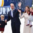 Le prince William et la duchesse Catherine de Cambridge avec leurs enfants le prince George et la princesse Charlotte lors de leur départ du Canada au terme de leur tournée royale, le 1er octobre 2016 à Victoria.