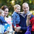 Le prince George et la princesse Charlotte de Cambridge, qui prenaient part à la tournée royale au Canada de leurs parents le prince William et la duchesse Catherine, participaient le 29 septembre 2016 à une fête organisée pour les enfants de familles de militaires dans les jardins de la Maison du Gouvernement à Victoria.