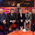 Ben Affleck entouré de Sir David Attenborough ainsi que Claire Foy et Matt Smith, stars de la série The Crown, llors de l'enregistrement du Graham Norton Show à Londres le 3 novembre 2016 (diffusion le lendemain). L'acteur et réalisateur américain y a révélé que son fils Samuel a joué avec le prince George et la princesse Charlotte de Cambridge, les enfants du prince William et de Kate Middleton.