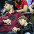 Gerard Piqué et son fils Milan assistent au match de basketball ACB, FC Barcelone contre Real Madrid à la salle multisports Le Palau Blaugrana à Barcelone, le 6 novembre 2016.