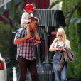 Exclusif - Anna Faris, son fils Jack Pratt, son frère Robert Faris, et d'autres membres de la famille rentrent au W Hotel à Los Angeles, le 8 juin 2015.