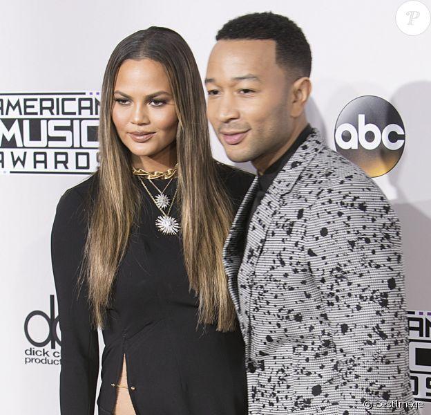 Chrissy Teigen et son mari John Legend sur le tapis rouge des American Music Awards au théâtre Microsoft à Los Angeles, le 20 novembre 2016