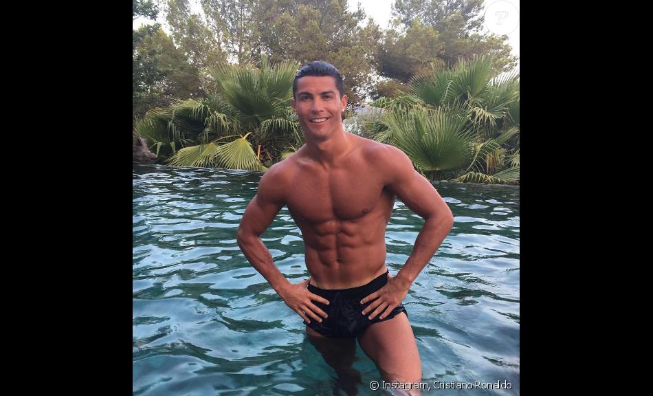 Cristiano Ronaldo expose sa plastique musclée sur Instagram.