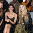 "Mary Charteris, Sofia Boutella et Anaïs Gallagher au défilé ""Mulberry"" lors de la fashion week de Londres, le 18 septembre 2016."