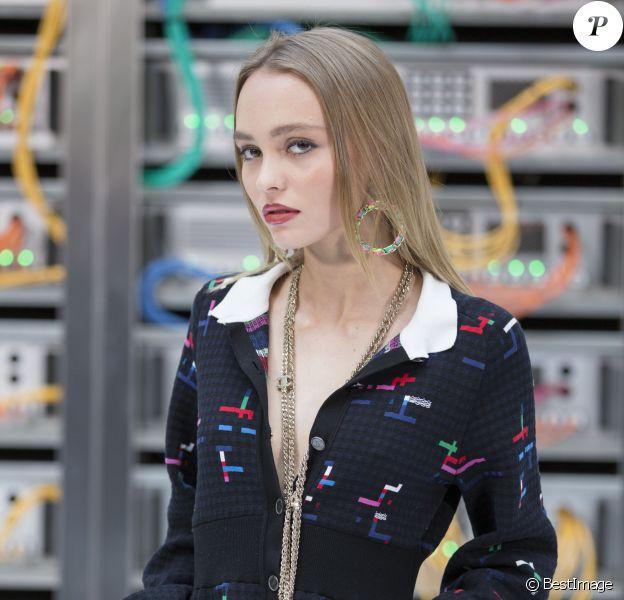 """Lily-Rose Depp - Défilé de mode """"Chanel"""", collection prêt-à-porter printemps-été 2017 au Grand Palais à Paris, le 4 octobre 2016. © Olivier Borde / Bestimage"""