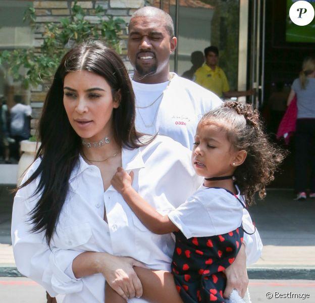 """Kim Kardashian avec son mari Kanye West et leur fille North West - La famille Kardashian sort du cinema après vu le film """"Finding Dory"""" à Calabasas le 25 juin 2016."""