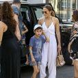 Jennifer Lopez et ses jumeaux Max and Emme font une pause déjeuner pendant une séance shopping avec des amis à Miami, Floride, Etats-Unis, le 27 novembre 2016.