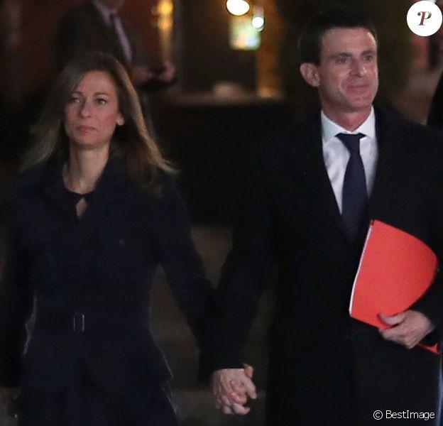 Le premier ministre Manuel Valls et sa femme Anne Gravoin arrivent à l'Hôtel de Ville d'Evry, le 5 décembre 2016 où le premier ministre va faire une déclaration concernant sa candidature à la primaire de la gauche pour les élections présidentielles. © Cyril Moreau/Bestimage