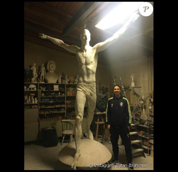 Zlatan Ibrahimovic dévoile la statue à son effigie réalisée par Peter Linde, sur Instagram, le 12 décembre 2016.