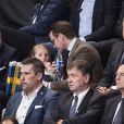 Le prince Daniel de Suède et sa fille la princesse Estelle au premier match du championnat d'Europe de Handball féminin 2016 à Stockholm le 4 décembre 2016