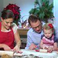 Victoria et Daniel de Suède en plein atelier pâtisserie avec la princesse Estelle, bientôt 2 ans, en décembre 2013 au palais Haga : un savoureux moment en famille en guise de message de voeux pour Noël.