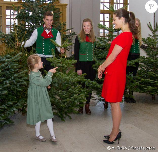 La princesse Estelle de Suède et sa maman la princesse héritière Victoria recevaient le 14 décembre 2016 les sapins de Noël offerts au palais Drottningholm par les étudiants en foresterie de l'Université des sciences agricoles, à Stockholm. ©