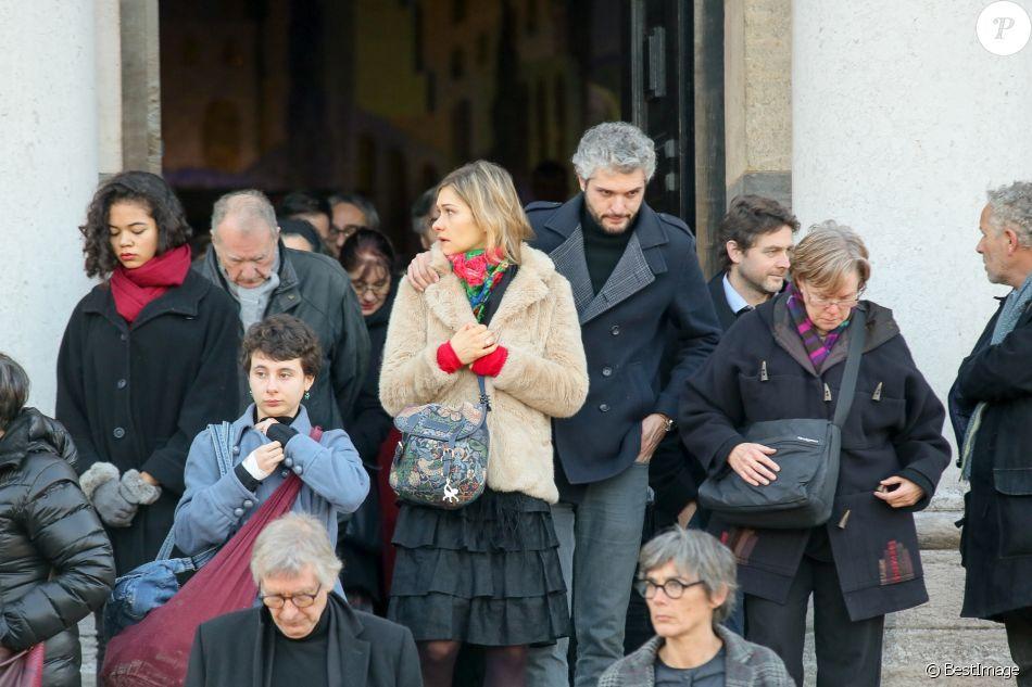 Exclusif - Pierre-Emmanuel Barré et sa compagne - Obsèques de Jean-Claude Deret, le père de ...