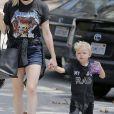 La chanteuse Fergie se promène avec son fils Axl à Brentwood le 5 aout 2016.