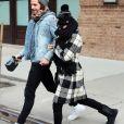 Margot Robbie se cache des photographes alors qu'elle monte dans un taxi avec son petit ami Tom Ackerley à New York, le 7 février 2016