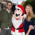 Ryan Reynolds et sa femme Blake Lively posent avec Mickey Mouse au parc Disneyland de Anaheim, Californie, Etats-Unis, le 16 décembre 2016.