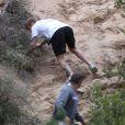 Justin Bieber trébuche pendant son jogging sur les hauteurs de Los Angeles, le 21 décembre 2016