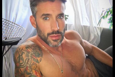 "Robert Sepulveda Jr : Le ""Bachelor"" gay se dénude pour son calendrier"