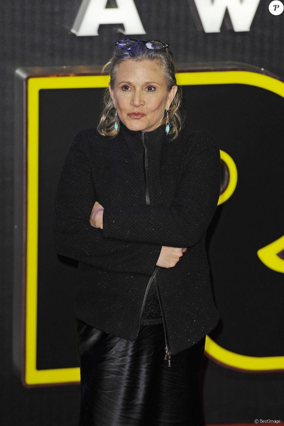 """Carrie Fisher à la première de """"Star Wars: Le réveil de la Force"""" à Odeon Leicester Square à Londres le 16 décembre 2015"""