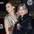"""Billie Lourd et sa maman Carrie Fisher à la première du """"Réveil de la Force"""" à Los Angeles, le 14 décembre 2015."""