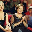 """Michèle Laroque et sa mère Doina Trandabur lors de l'émission """"Vivement Dimanche"""" à Paris, le 16 novembre 2001."""