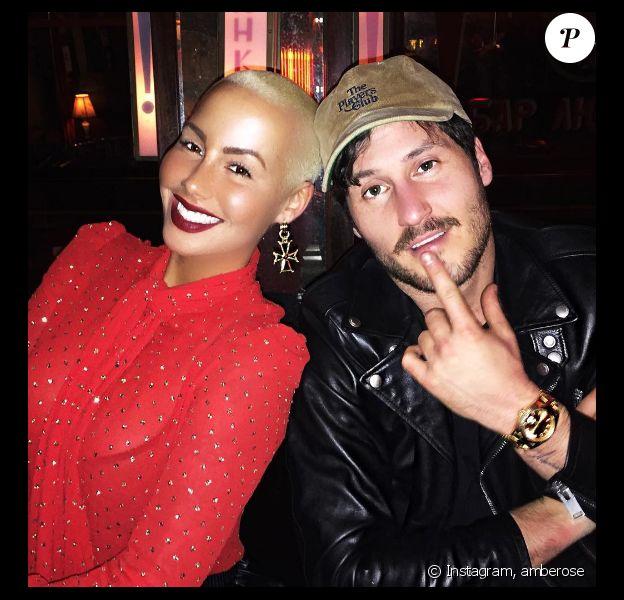 Amber Rose pose avec Val Chmerkovskiy sur sa Page Instagram, en décembre 2016. Le cliché est assorti d'un smiley en forme de coeur.