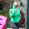 Amber Rose est allée déjeuner avec un ami au restaurant Urth Caffe à West Hollywood. Sans maquillage, elle se cache le visage avec sa capuche. Le 28 octobre 2016