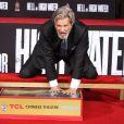 """""""Jeff Bridges laisse ses empreintes sur le ciment lors d'une cérémonie au théâtre Chinese à Hollywood le 6 janvier 2017"""""""