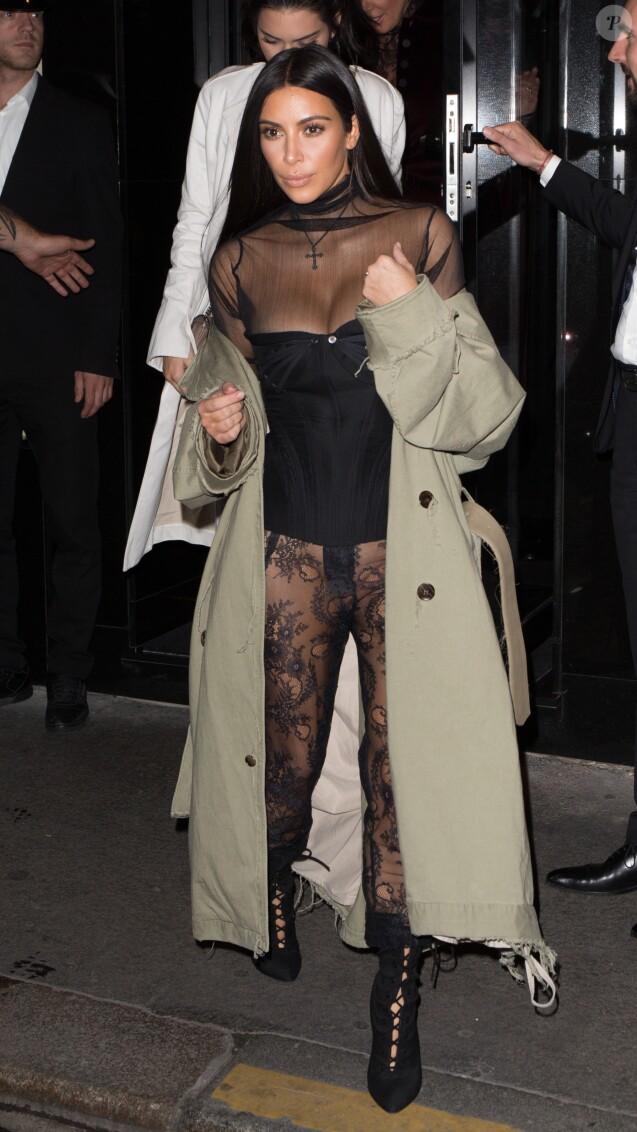 Kim Kardashian sortant de la fête d'anniversaire de Mario Dedivanovic, maquilleur de Kim Kardashian au restaurant Kinu à Paris, le 1er octobre 2016.