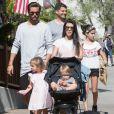 Kourtney Kardashian et son ex compagnon Scott Disick se promènent avec leurs enfants Mason, Penelope et Reign à Santa Barbara le 19 juin 2016.