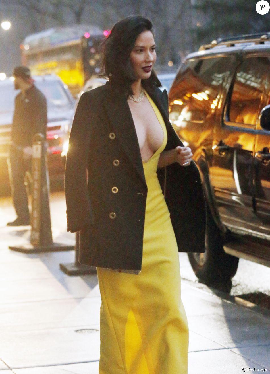 Exclusif - Olivia Munn très décolletée dans la rue à New York le 18 janvier 2017.