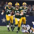 Aaron Rodgers des Green Bay Packers porte le ballon lors de la victoire de son équipe contre les Dallas Cowboys au AT&T Stadium à Arlington au Texas le 15 janvier 2017.