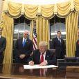 Le président Donald Trump dans le Bureau ovale à la Maison Blanche à Washington le 20 janvier 2017