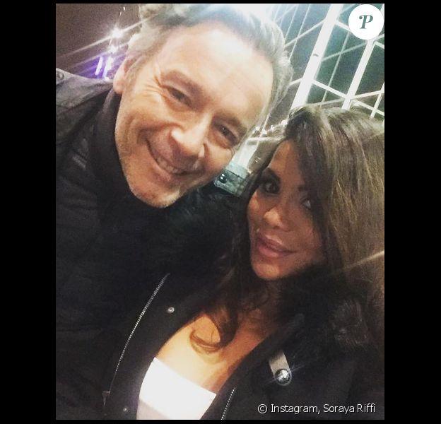 """Soraya Riffi pose avec Jean-Michel Maire à l'occasion de sa participation aux """"35 heures de Baba"""" sur C8."""