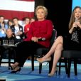 Hilary Clinton en meeting à Haverford, le 4 octobre 2016, avec sa fille Chelsea et l'actrice Elizabeth Banks.