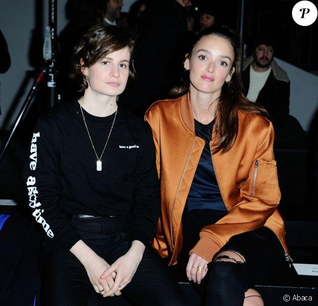 Heloïse Letissier (Christine and the Queens) et Charlotte Le Bon - Défilé AMI Alexandre Mattiussi, collection homme automne-hiver 2017-2018 à la Cité de la Mode et du Design. Paris, le 21 janvier 2017.