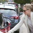 Exclusif - Amanda Seyfried, enceinte de son premier enfant, récupère son chien Finn au chenil à Hollywood le 13 janvier 2017.