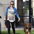 Amanda Seyfried, enceinte, promène son chien à West Hollywood. Los Angeles, le 14 décembre 2016.