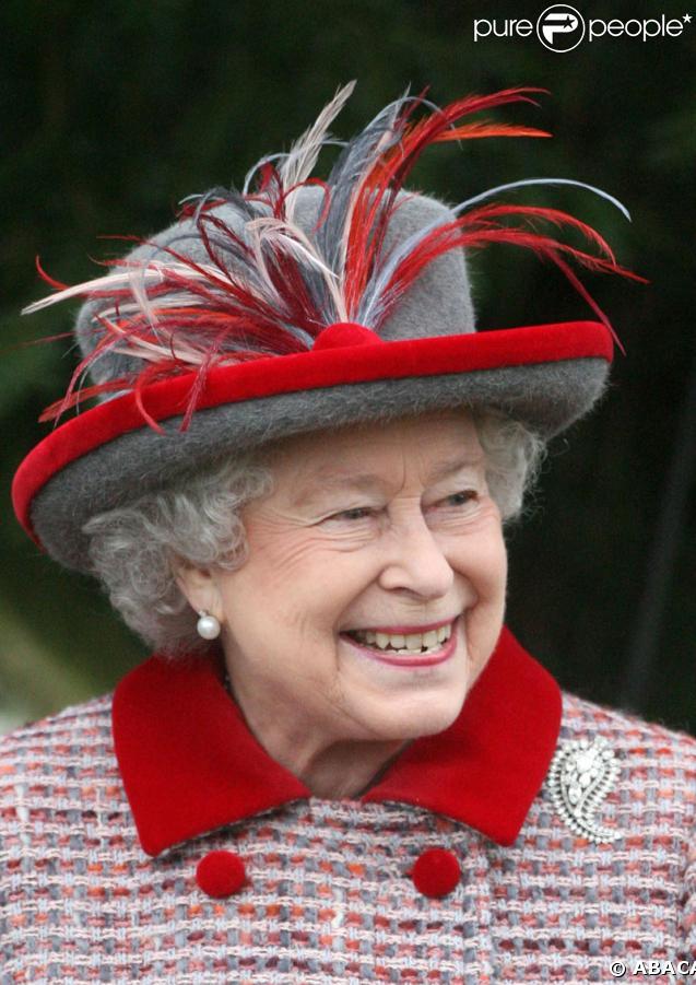 La Reine Elizabeth II à la sortie de la messe de Noël de la famille royale UK