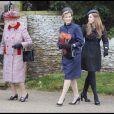 La reine Elizabeth II, la princesse Beatrice et la comtesse du Wessex à la sortie de la messe de Noël de la famille royale UK