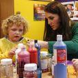 La duchesse Catherine de Cambridge, ici en plein atelier peinture avec la petite Isabella, visitait le 24 janvier 2017, en sa qualité de marraine d'East Anglia's Children Hospices (EACH), un hôpital pour enfants du Norfolk, à Quidenham.