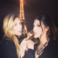 Iris Mittenaere et Camille Cerf devant la Tour Eiffel début 2016.
